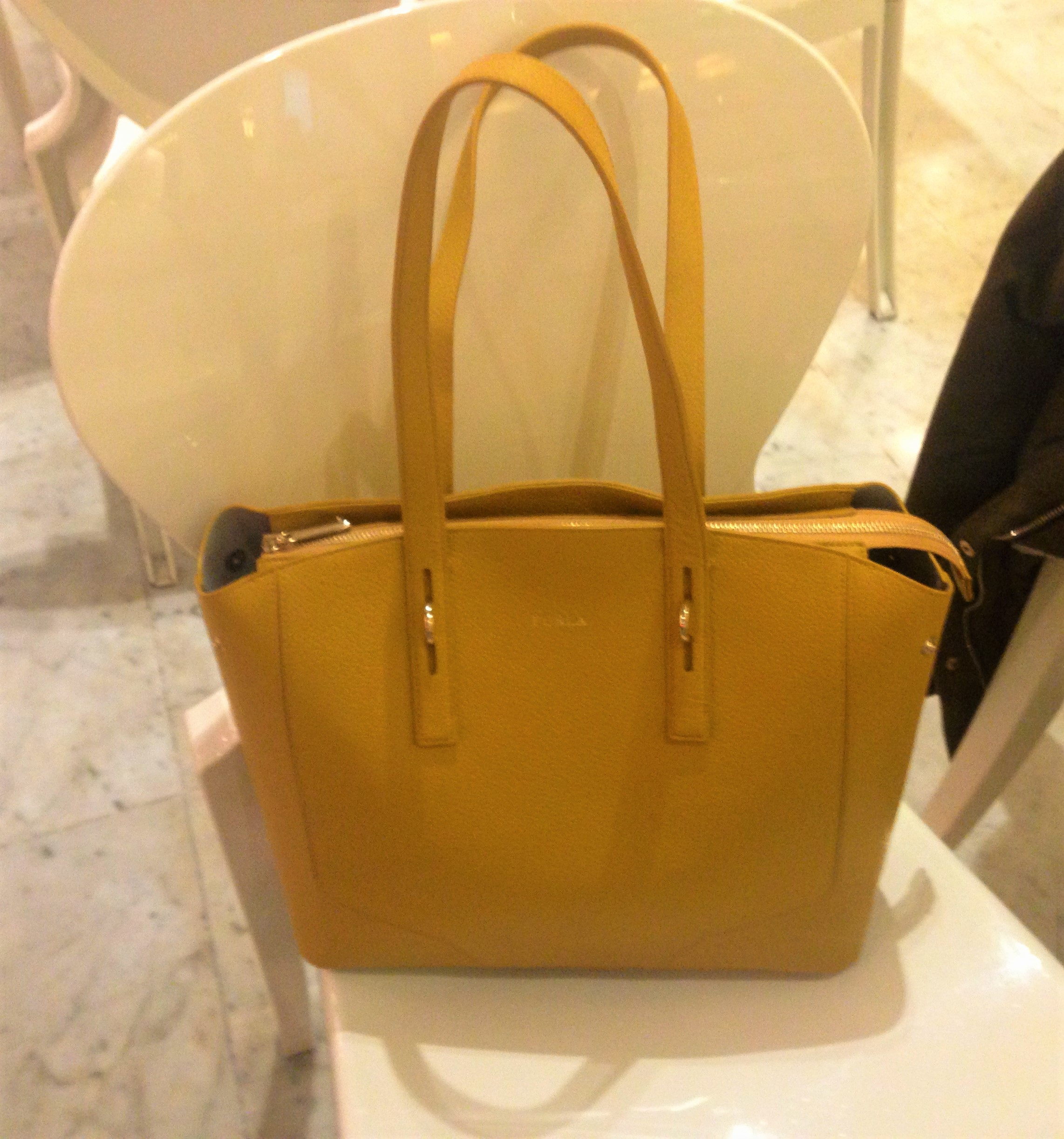 Yellow is the new black - outlet di Furla