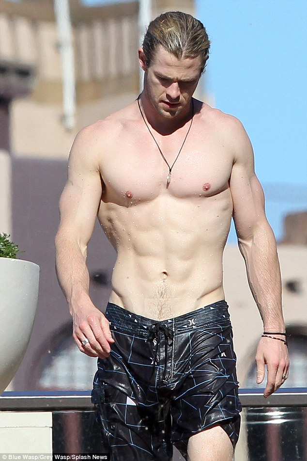il fisico di chris hemsworth