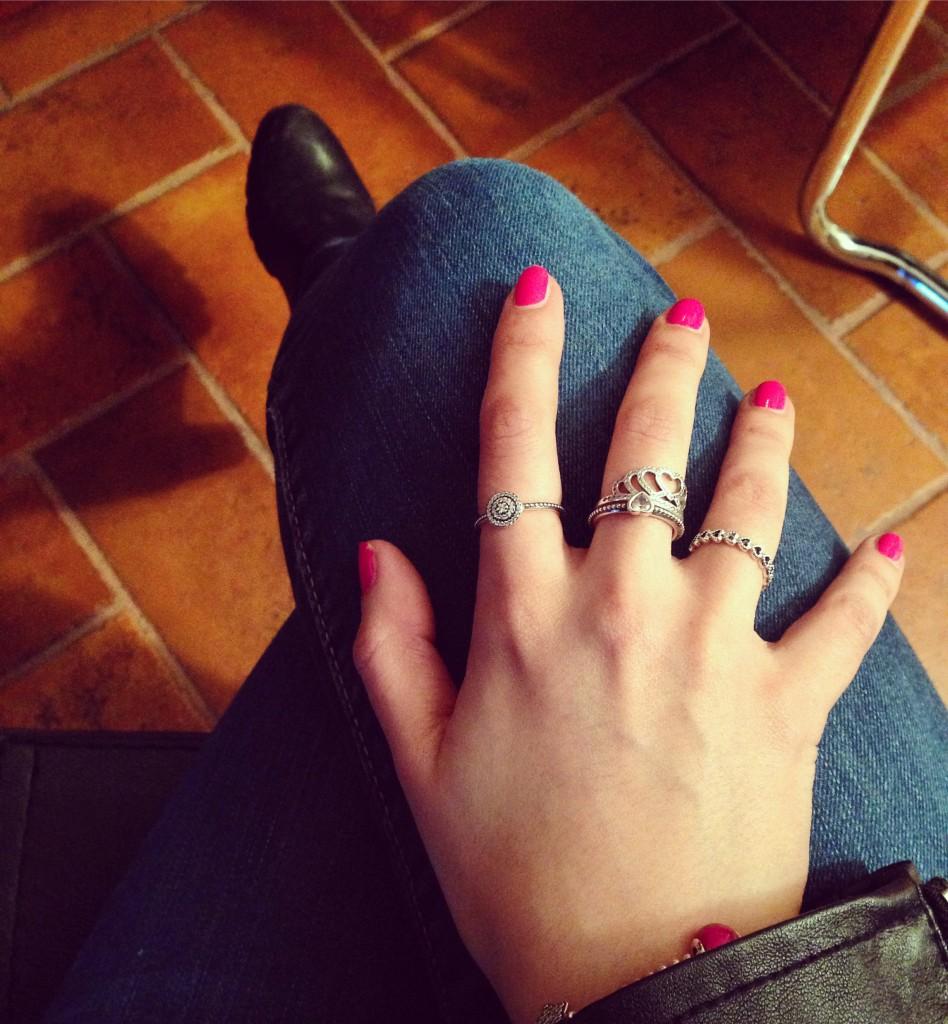 Outfit con anelli Pandora