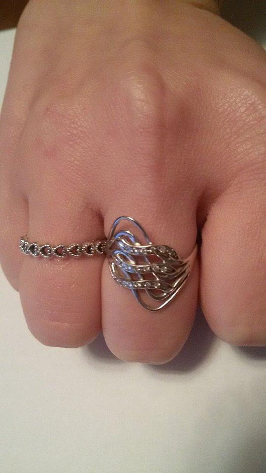 Eccola, con un anello in oro bianco al fianco