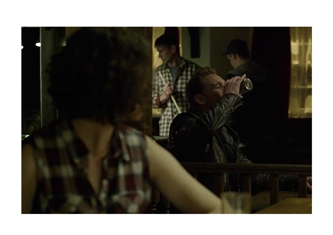maschio alfa beve birra