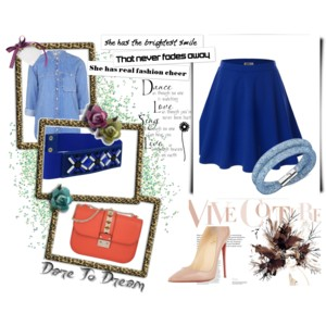 Il blu regna sovrano, illuminato da una cintura preziosa (da mettere di sera) e di una pochette a contrasto. Scarpe nude.